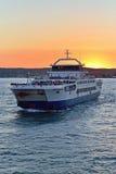 在日落风帆的轮渡从克里米亚 库存图片