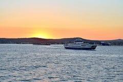 在日落风帆的轮渡从克里米亚 免版税图库摄影