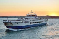 在日落风帆的轮渡从克里米亚 库存照片