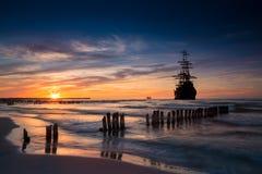 在日落风景的老船剪影 库存照片