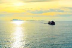 在日落风景的船 免版税库存照片