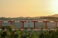 在日落,下午起点期间的一个晴朗的结尾飞机在跑道排列了,准备离开 库存照片