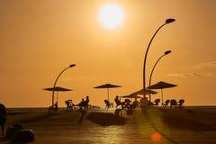 在日落,人们散步到特拉维夫口岸散步 免版税图库摄影