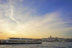 在日落,伊斯坦布尔,土耳其的繁忙的Bosphorus 免版税库存图片