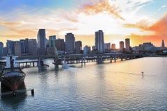 在日落,佛罗里达的迈阿密地平线 免版税图库摄影