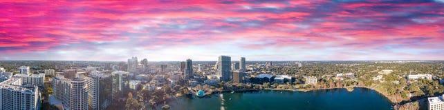 在日落,佛罗里达美好的全景的奥兰多地平线  免版税库存照片
