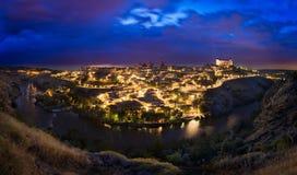 在日落,卡斯蒂利亚La Mancha,西班牙以后的托莱多地平线 库存图片