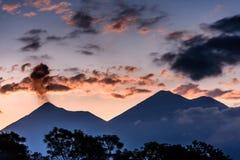 在日落,危地马拉的火山爆发 库存照片