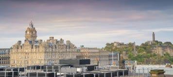 在日落,历史建筑的爱丁堡全景地平线视图 包括爱丁堡城堡,斜纹呢衬旅馆尖沙咀钟楼 库存图片