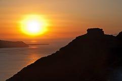 在日落,圣托里尼,希腊的Skaros岩石 免版税图库摄影