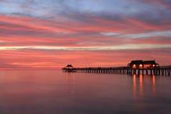 在日落,墨西哥湾,美国的那不勒斯码头 免版税库存图片