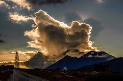 在日落,安提瓜岛,危地马拉的双重火山视图 库存照片