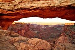 在日落,峡谷地国家公园,犹他的Mesa曲拱 库存照片