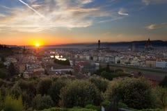 在日落,意大利之前的佛罗伦萨,亚诺河河和Ponte Vecchio 免版税库存照片