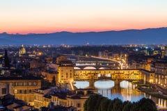 在日落,意大利以后的佛罗伦萨,亚诺河河和Ponte Vecchio 库存图片