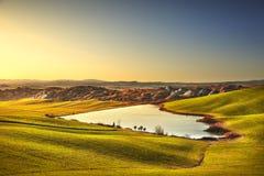 在日落,意大利的托斯卡纳,克利特Senesi农村风景 湖和 图库摄影