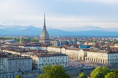 在日落,托里诺,意大利,与痣Antonelliana的全景都市风景的都灵地平线在城市 风景五颜六色的光和dra 免版税库存照片