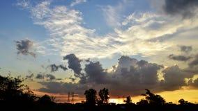 在日落,明亮的天空蔚蓝转动的黑暗的美丽的天空 天的前光在天际cloudscape的 股票视频