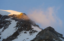 在日落,杜富尔峰,阿尔卑斯,意大利的Piramide文森特峰顶 免版税库存图片