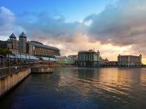 在日落,毛里求斯的路易港首都的堤防 免版税库存照片