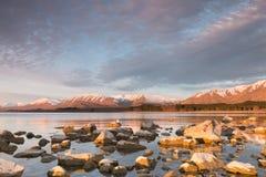 在日落,特卡波湖,新西兰的被日光照射了石头 免版税库存图片