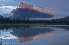 在日落,班夫全国Pa以后的Mt Rundle &银朱的Lakesjust 库存图片