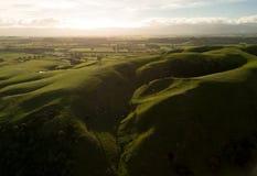 在日落,空中Martinborough的美丽的新西兰小山 库存照片