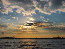在日落,纽约的曼哈顿街市河沿 免版税图库摄影