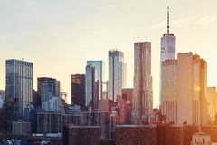 在日落,美国的纽约地平线 库存照片