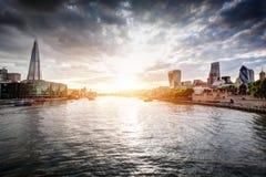 在日落,英国的伦敦地平线英国 泰晤士河,碎片,香港大会堂 库存照片