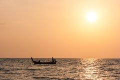 在日落,长滩, Ko朗塔,泰国的传统泰国长尾巴小船 免版税库存图片