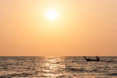 在日落,长滩, Ko朗塔,泰国的传统泰国长尾巴小船 库存图片
