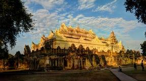 在日落,阿瓦缅甸的玛哈Aungmye Bonzan寺庙 库存图片