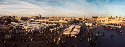 在日落,马拉喀什-摩洛哥的Jemaa elFnaa 图库摄影