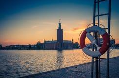 在日落,黄昏,瑞典的斯德哥尔摩政府大厦Stadshuset塔 免版税库存照片