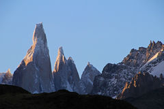 在日落,巴塔哥尼亚,阿根廷的塞罗Torre mountainline 免版税库存图片