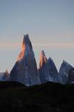 在日落,巴塔哥尼亚,阿根廷的塞罗Torre mountainline 免版税库存照片