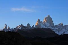 在日落,巴塔哥尼亚,阿根廷的费兹罗伊和塞罗Torre mountainline 免版税库存照片