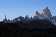 在日落,巴塔哥尼亚,阿根廷的费兹罗伊和塞罗Torre mountainline 库存照片