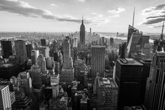 在日落,从岩石的上面, Rockfeller中心,美国的看法的黑白纽约曼哈顿地平线 免版税库存照片