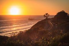 在日落, Carpinteria的铁路轨道 免版税库存照片
