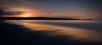 在日落, Gwithian沙子,康沃尔郡,英国的飘渺海景 免版税库存图片