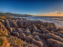 在日落, NZ的普纳凯基海岸线 免版税库存图片