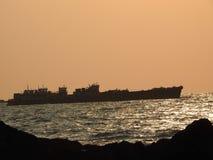 在日落, Redy海滩的船航行 免版税图库摄影