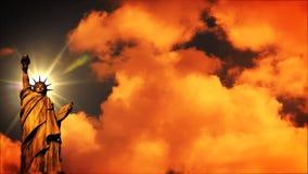 在日落, timelapse的自由雕象 皇族释放例证