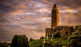 在日落, Turlough, Co的圆的塔 马约角,爱尔兰 库存照片