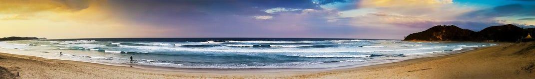 在日落-全景的海边 免版税库存图片