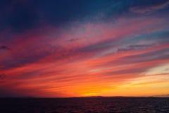 在日落以后的五颜六色的剧烈的天空 免版税库存图片