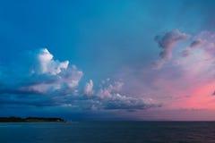 在日落以后的剧烈的天空 库存图片