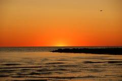 在日落以后的天空由海和石头码头  库存照片